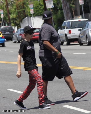 Justin fait du shopping Normal_6_mai_AA_-_JBFR_%282%29